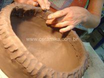 vaso em argila sendo modelado