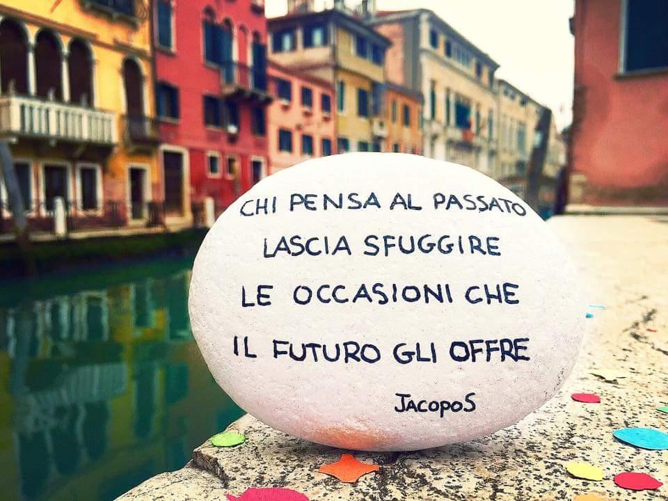 Chi pensa al passato lascia sfuggire le occasioni che il futuro gli offre