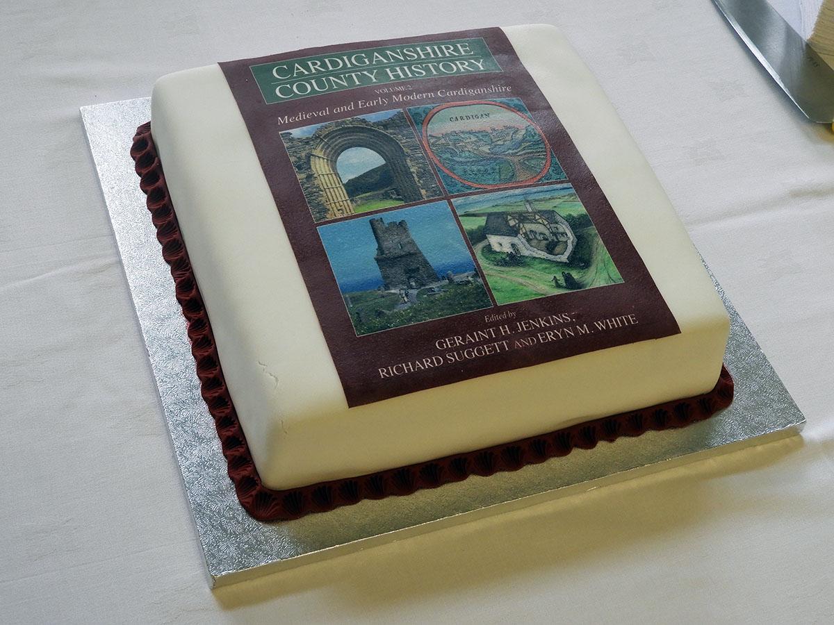 Cacen lansio llyfrau - Hanes Sir Aberteifi Cyfrol 2 Canoloesol a Modern Cynnar Cardigan