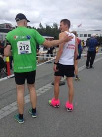 """Arnt Erik veksler noen ord med Daniel fra det svenske laget """"Kung Sture"""" etter at de to har løpt samme etappe."""