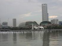 Esplanade Theater. Gedung ini bentuknya terinspirasi dari durian lho! :D