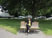 Duduk-duduk di bangku taman