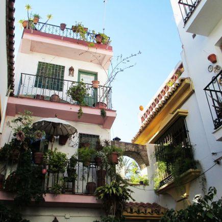 Balcones con plantas en Marbella, en Málaga, España