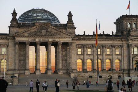 Vistas del Parlamento y su cúpula al atardecer en Berlín, Alemania