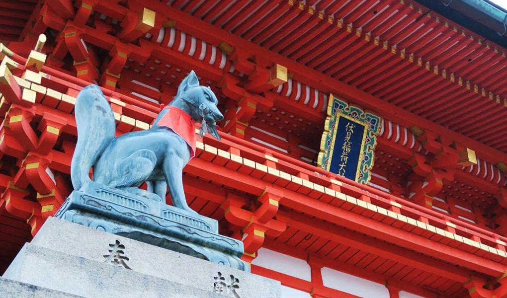 Pabellones rojos y kitsunes en Kioto, Japón
