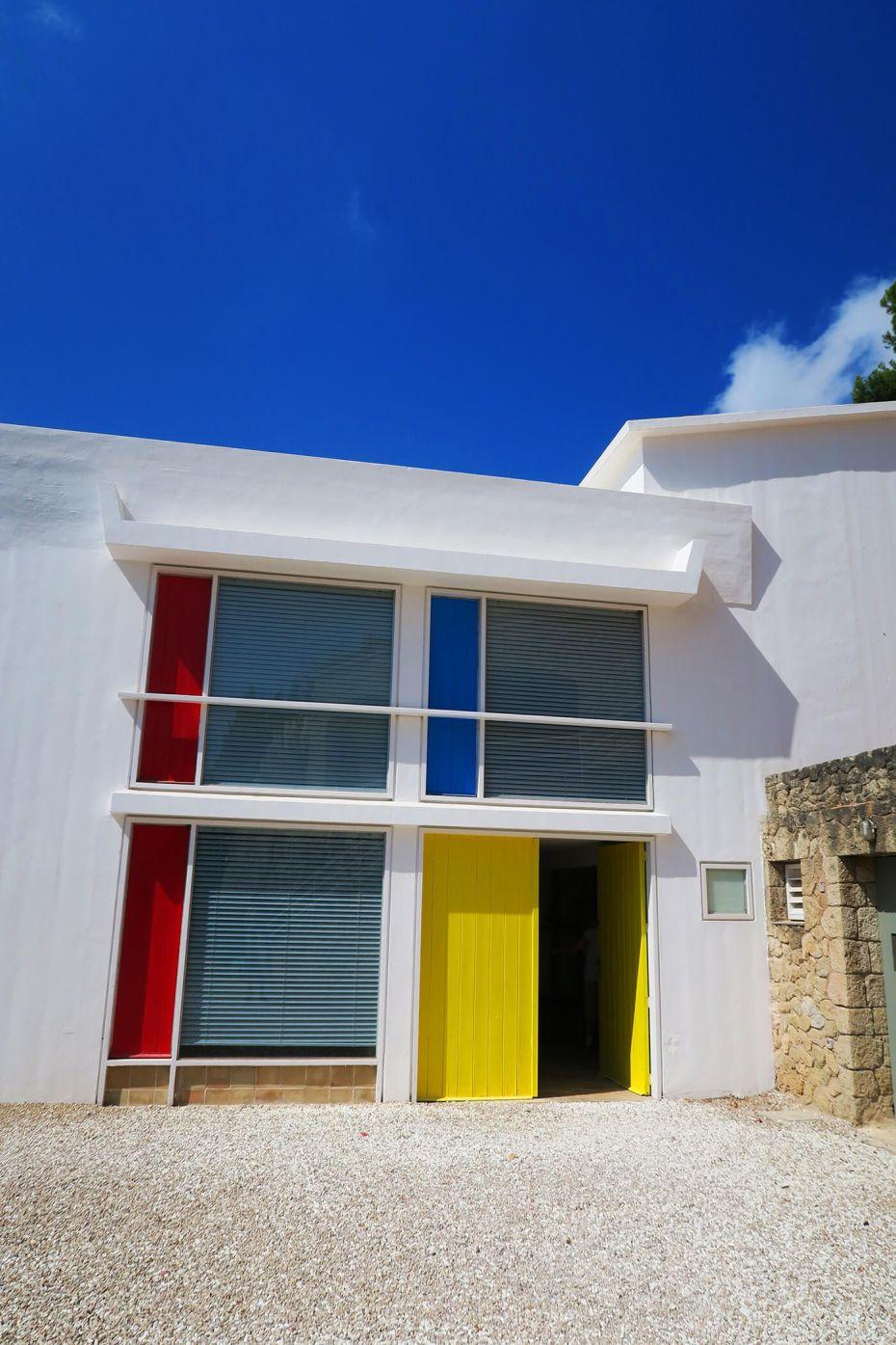 Rojo, azul y amarillo en la Fundación Pilar y Joan Miró en Palma de Mallorca, España