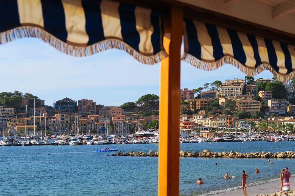 El puerto de Sóller desde el tranvía en Mallorca, España