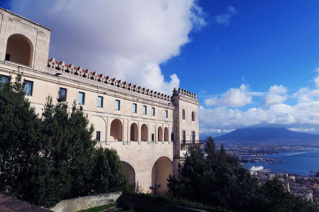 Vistas desde lo alto de la Cartuja de San Martino, con el monte Vesubio al fondo en Nápoles, Italia