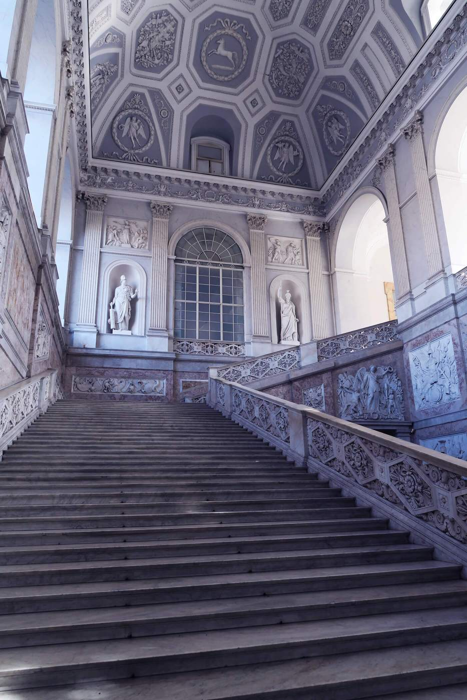 Techos altos y escalinatas en Nápoles, Italia