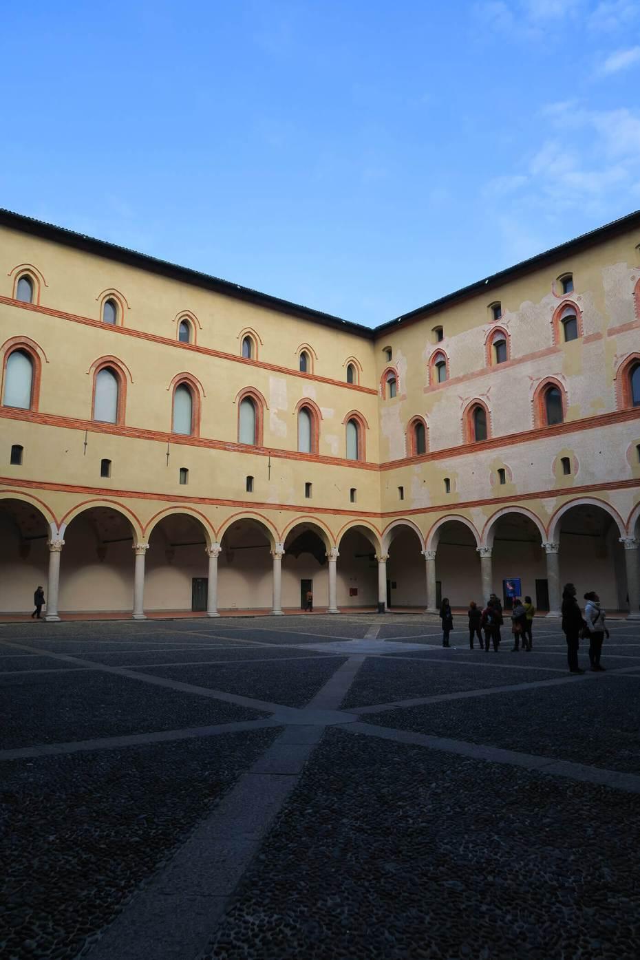 Patios en el Castello Sforzesco en Milán, Italia