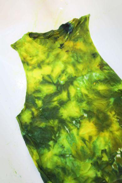 Camiseta acabada de teñir al estilo tie dye usando hielo