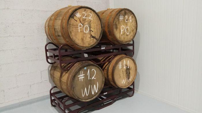 Sala de barricas cervecera Península