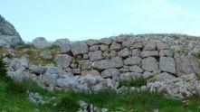 Peña Amaya. Muro en el camino de acceso a la cumbre de Amaya