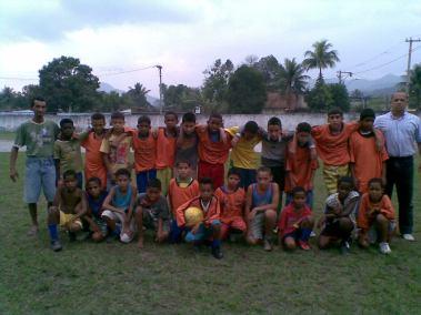 Crianças da escolinha de futebol