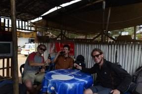 Pijeme Eagle beer v Entebbe