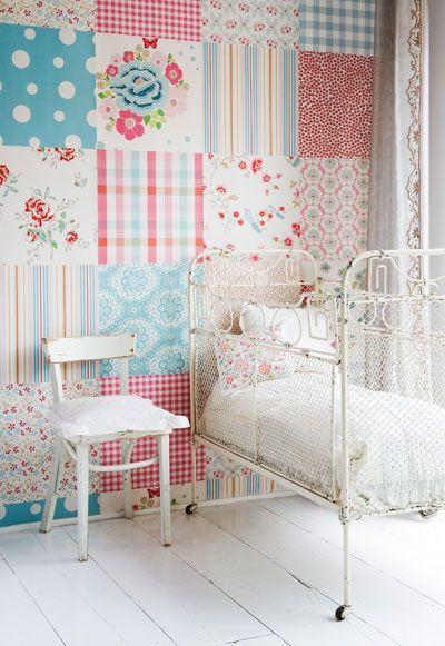 Jolies chambres de petites filles avec du papier peint en patchwork