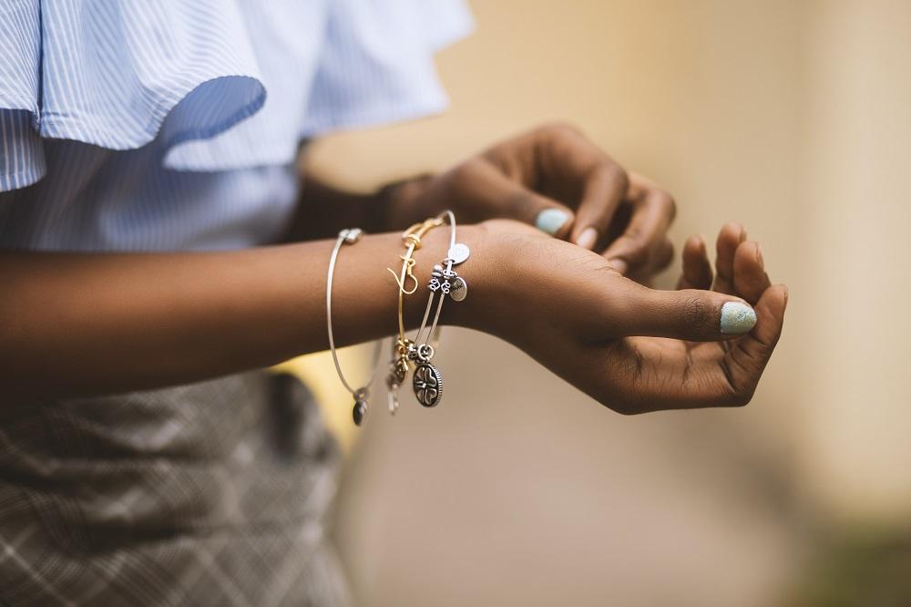 Mélanger les bijoux or et argent avec style