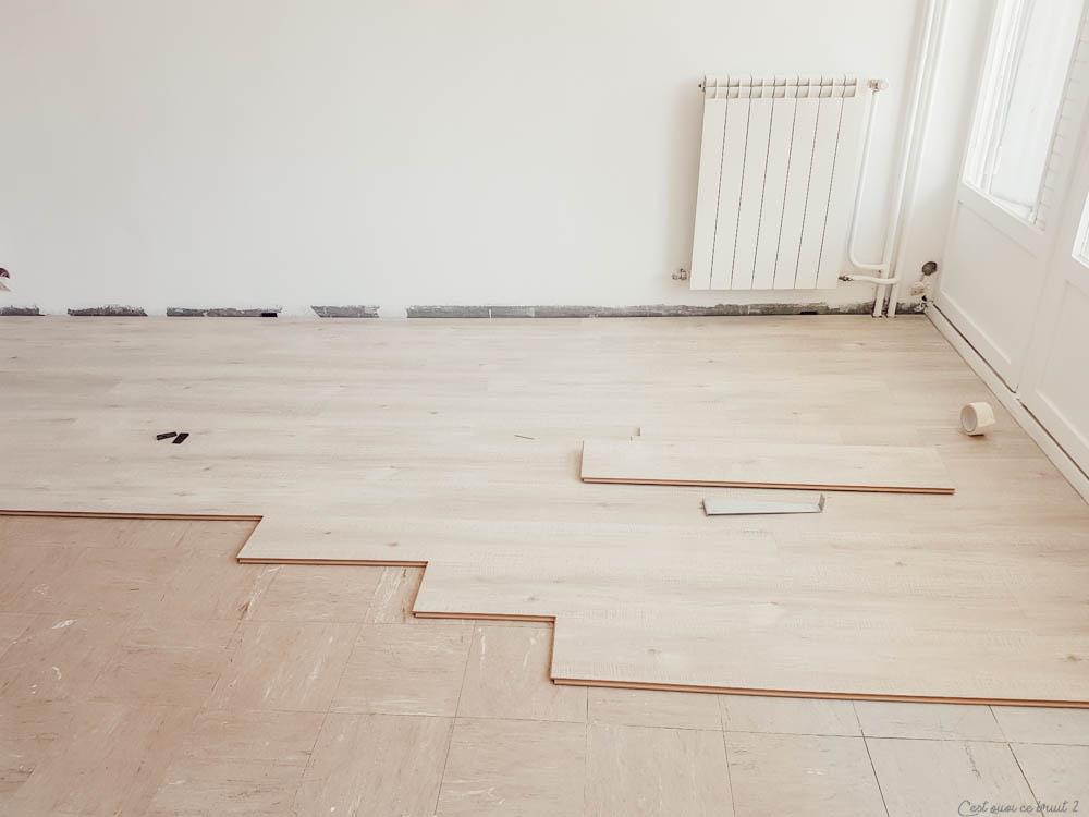Relooker son intérieur en posant du sol stratifié Quick Step dans un salon