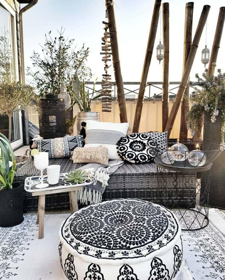 Ambiance berbère pour la terrasse avec des gros coussins