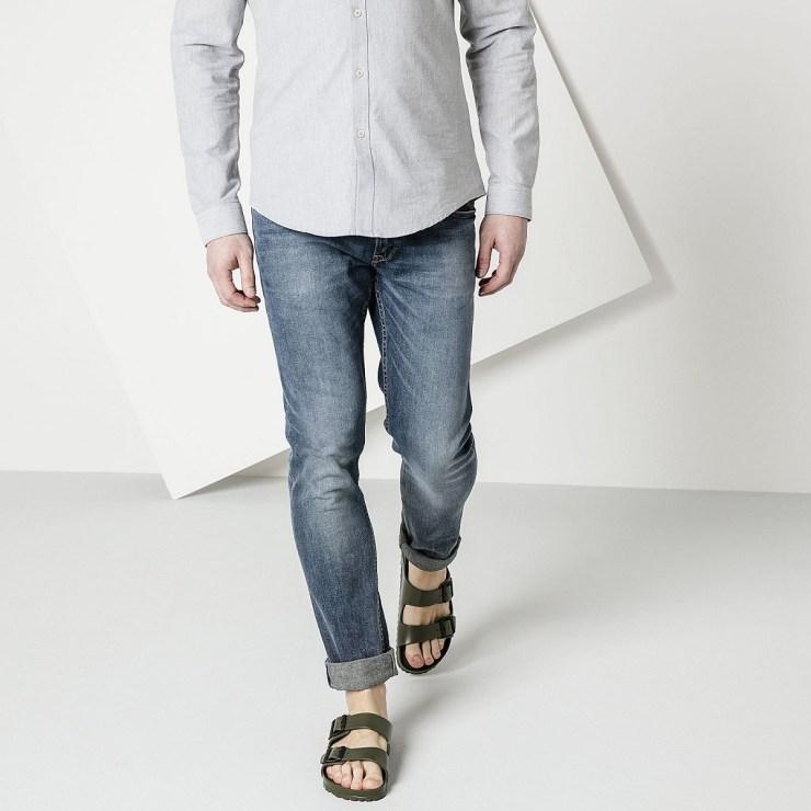 Les hommes portent des sandales en été
