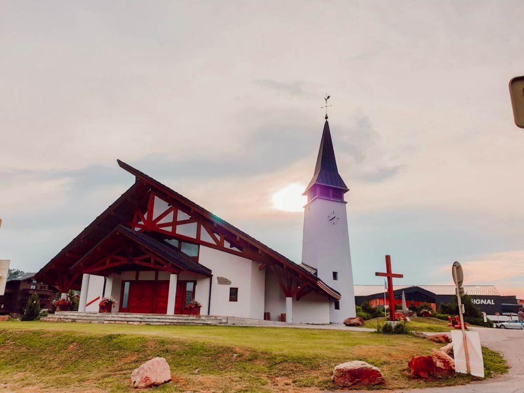Découvrir la station Les Saisies en été, la jolie chapelle de montagne