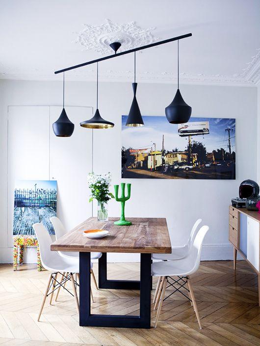 Déco salle à manger industrielle : table en bois et pieds en fer