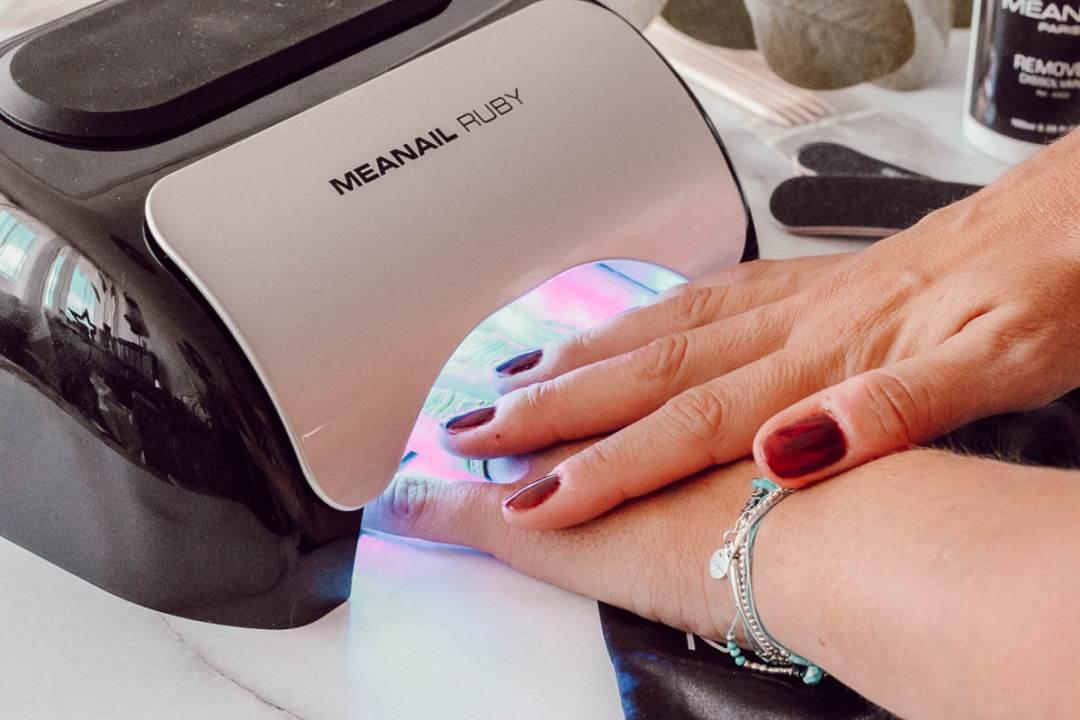 Poser du vernis semi-permanent à la maison avec machine UV