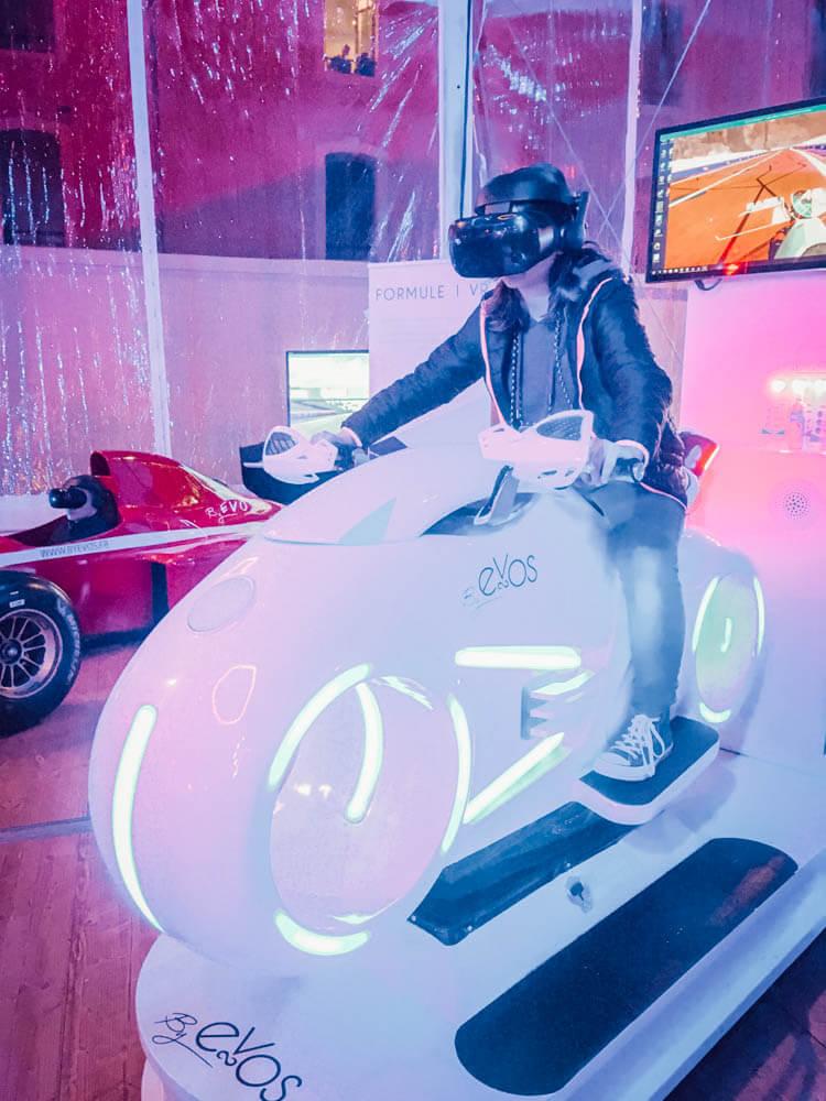 Miss L teste la moto en réalité virtuelle