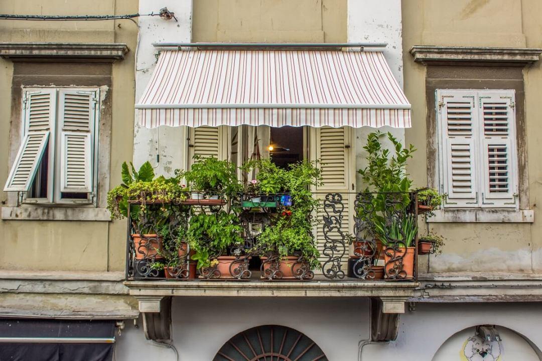 Le store banne est toujours tendance sur les balcons et terrasses !