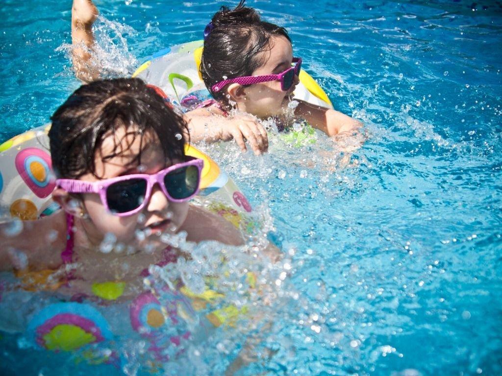 Installer une piscine dans le jardin pour les enfants