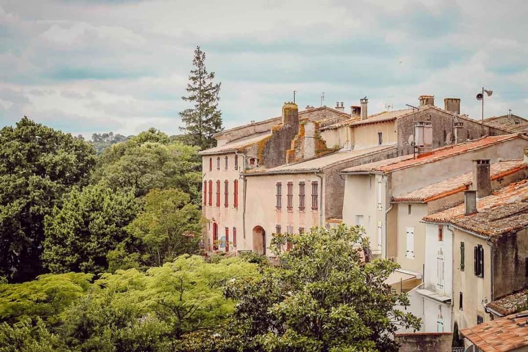 Vue du village de Montolieu dans l'Aude pendant notre blogtrip en famille