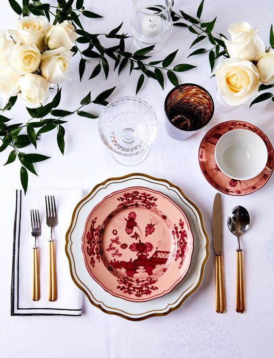 Jolie table dressée avec belle vaisselle