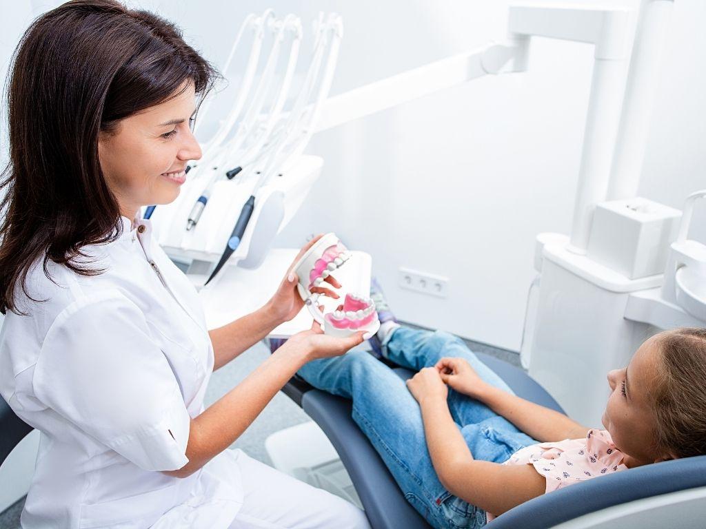 Bien gérer le premier rendez-vous de votre enfant chez le dentiste