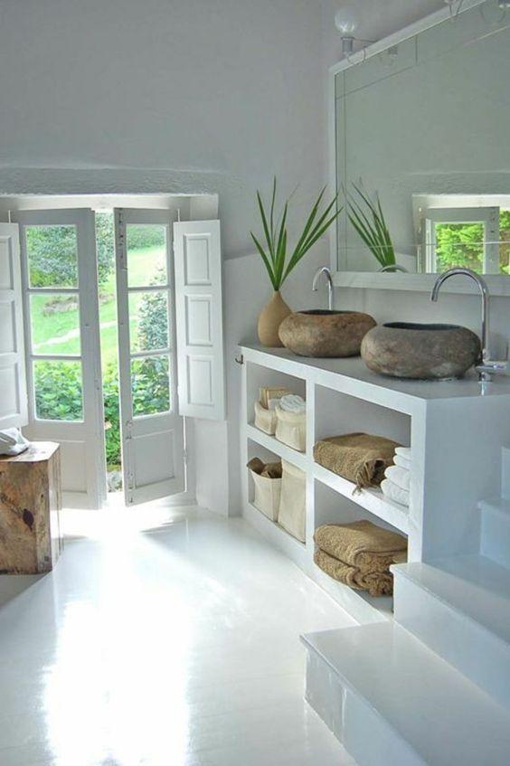 Décoration minimaliste dans la salle de bain minimaliste avec du béton ciré