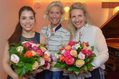 Großartig! Blumen für Caterina Grewe Pianistin, Yvonne Trübger Pianohaus, Kristina Tröger CeU-Präsidentin mitte