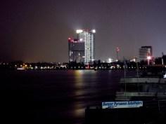 Nachts am Rhein mit Post Tower und dem Langen Eugen