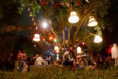 Liebevoll geschmückter Baum beim Traumwelten Festival in der grünen Spielstadt in Bonn