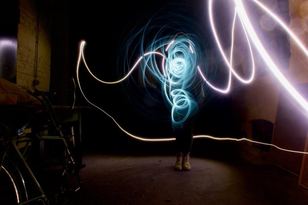 Lichtzeichnung Abends vor der Kunstbrennerei