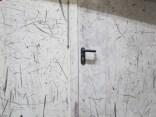 Von Schuhen gezeichnete Türe in der Kletterhalle