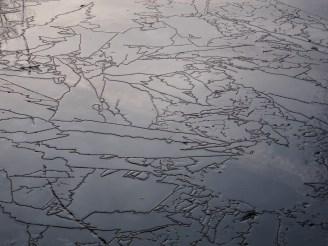 Oberfläche einer schmelzenden Eisschicht