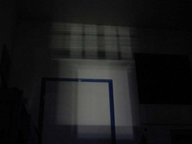 Nachts werfen die Strassenlaternen und vorbeifahrende Autos Schatten durch das Fenster an die Zimmerwände