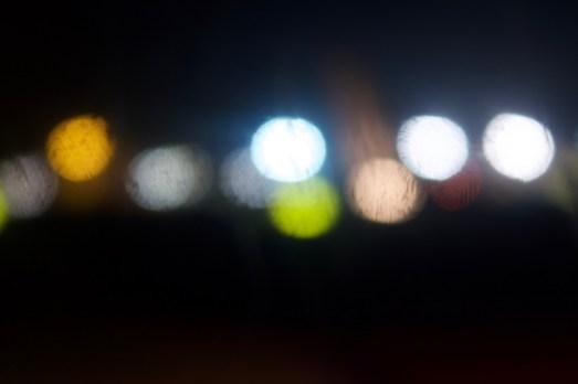 Lichter in der zerkratzten Fensterscheibe 1