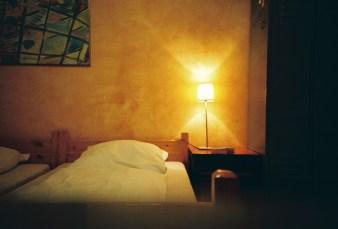Berlin - Nachtischlampe in meinem Doppelzimmer in einem gemütlichen Hostel