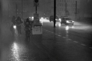 Berlin Schöneweide - Schutz suchen vor einem Sommergewitter