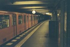 Berlin Wittenbergplatz - abfahrende U-Bahn mit meiner Zorki4K auf Fujifilm Pro 400 H
