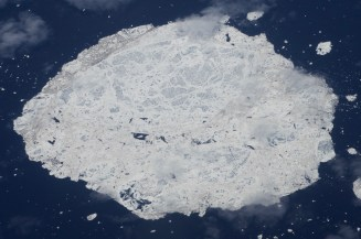 Eisschollen sind, wenn man sie genau betrachtet, sehr bunt gescheckt und voller kleiner Muster