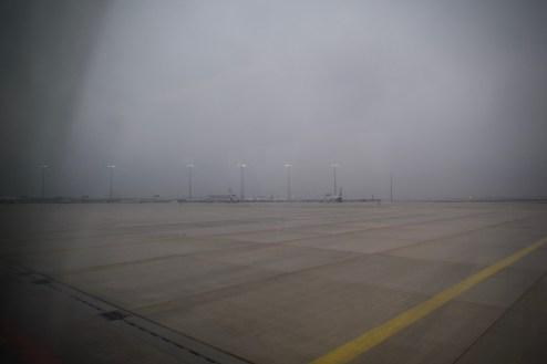 FRA - mit dem Bus fahren wir über 20 Minuten bis zu unserer Außenposition, wo Ryanair parkt. Ganz am Rande des Flughafens