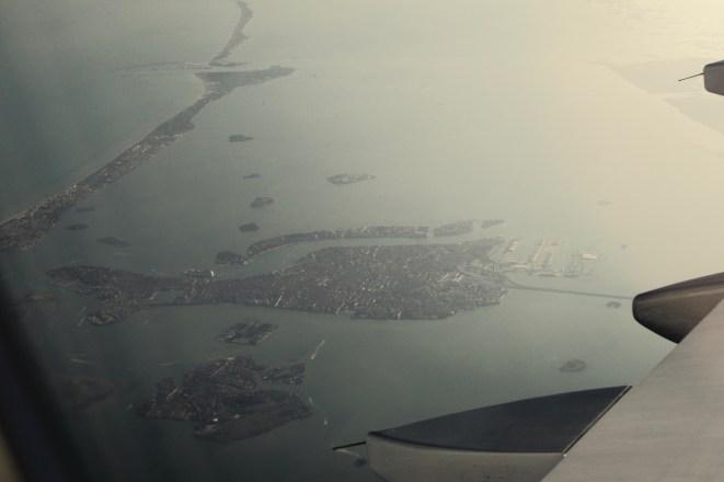 EW 0815 - Blick auf Venedig aus dem Flugzeugfenster nach dem Start