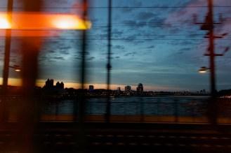 Im Zug. Fahrt über die Hohenzollernbrücke nach Köln, abends