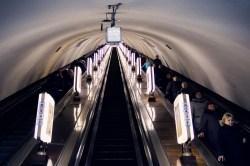 Kiew Arsenalna - eine der zwei Rolltreppen, die runter in den mit 105 Metern tiefsten U-Bahnhof der Welt führen.